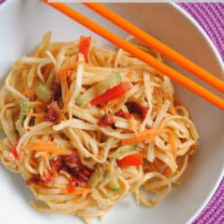 Cold Sesame Noodles – an easy and delicious cold lunch packed with veggies! | foxeslovelemons.com