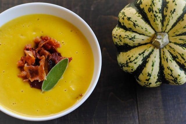 Sweet Dumpling Squash Soup with Crispy Bacon – a blender soup to celebrate fall! | foxeslovelemons.com