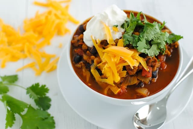 """Vegetarian """"Chorizo"""" & Black Bean Chili - A hearty and healthy chili made with chorizo-flavored seitan that will fool even the biggest meat lovers!   foxeslovelemons.com"""