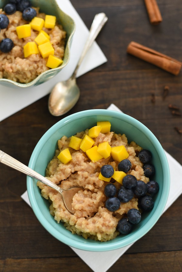 Caramel Chai Tea Latte Rice Pudding - The spiced flavor of creamy chai tea melded into rice, topped with mango and blueberries. A perfectly luxurious dessert that is SO simple to make!  | foxeslovelemons.com