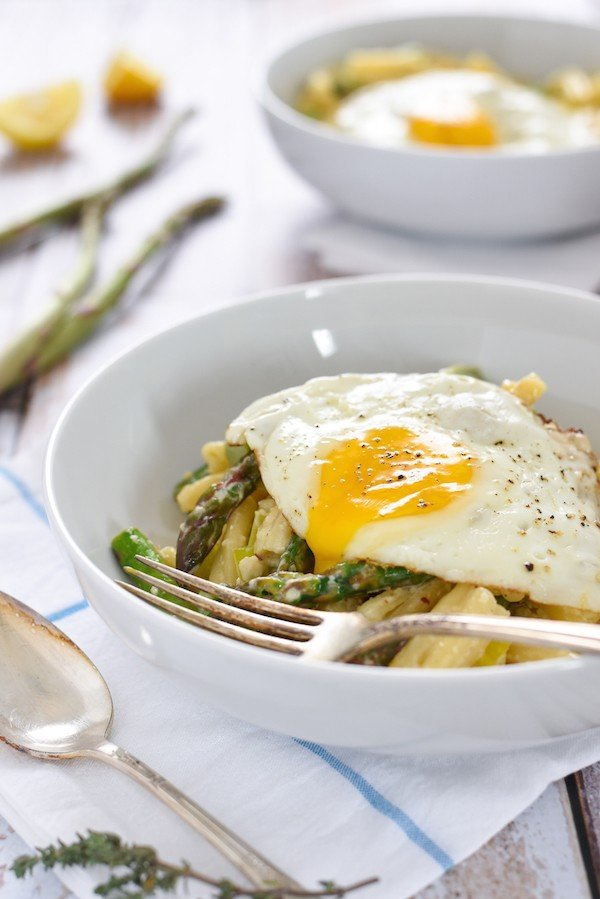 Asparagus & Parmesan Pasta with a Fried Egg - Welcome spring with this creamy pasta full of fresh asparagus, Parmesan cheese, leeks and thyme, topped with an irresistible fried egg! | foxeslovelemons.com