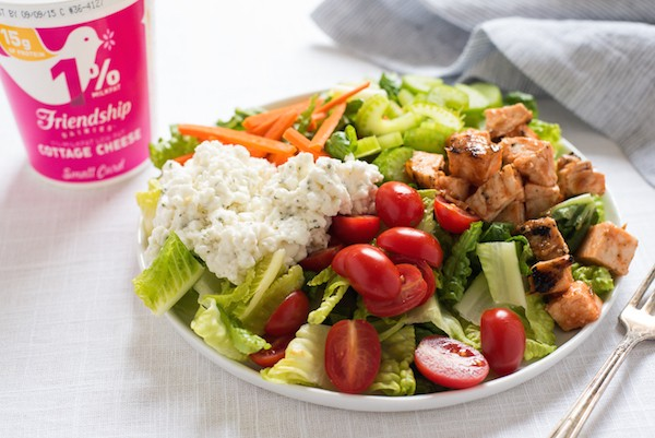 Buffalo Chicken Salad with Ranch Cottage Cheese - A healthier remix of the restaurant favorite, packed with protein to give you long-lasting energy! | foxeslovelemons.com