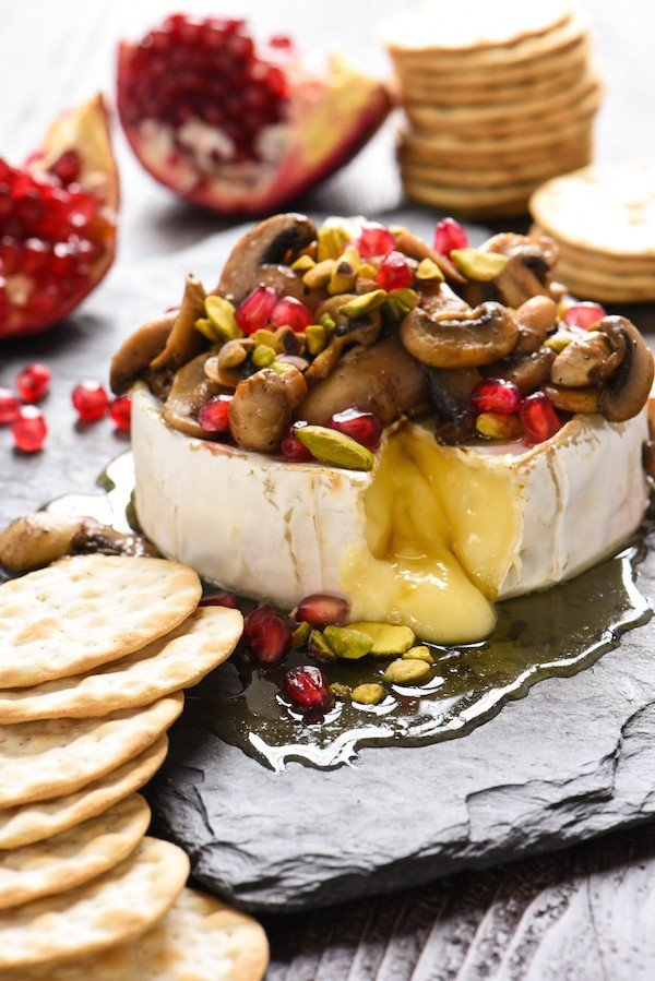 Holiday Baked Brie - 10 minutes prep + 6 ingredients = this last-minute appetizer that will wow a crowd! | foxeslovelemons.com