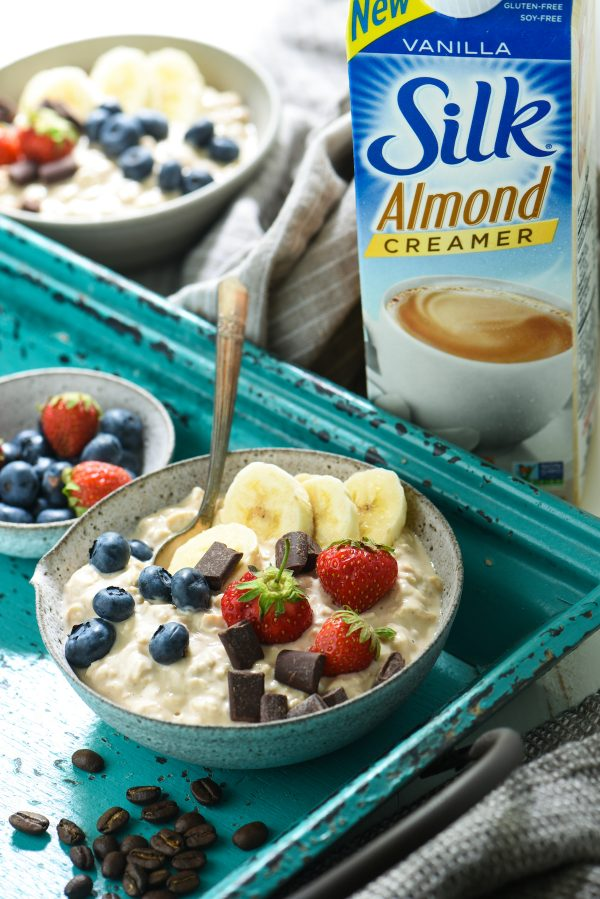 Vanilla Bean Latte Overnight Oats - A cool, creamy breakfast with a sweet coffeehouse flavor.   foxeslovelemons.com