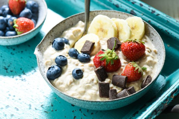 Vanilla Bean Latte Overnight Oats - A cool, creamy breakfast with a sweet coffeehouse flavor. | foxeslovelemons.com