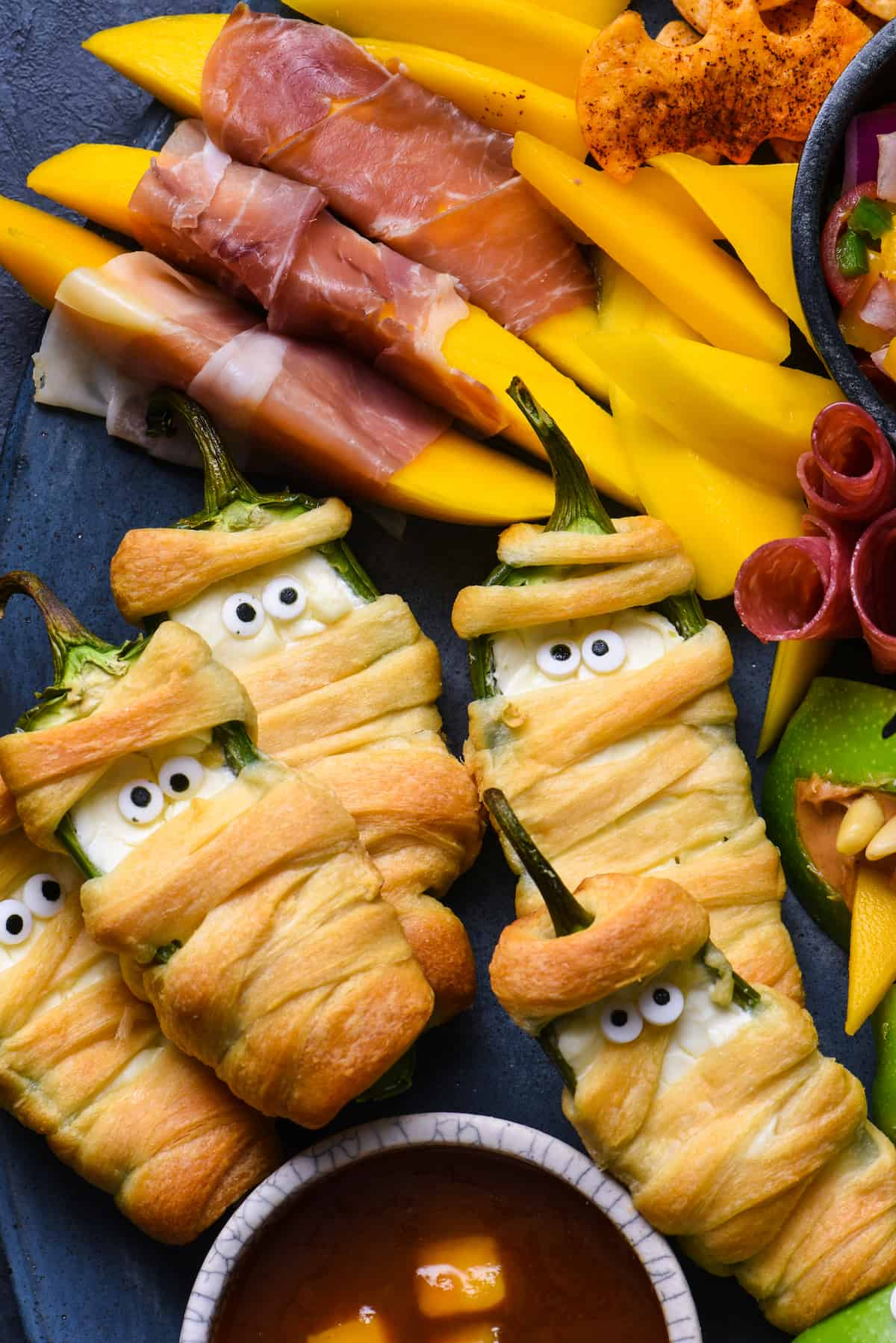 Mummies and spiders and bats, oh my! Make all the critters or just a few, but be sure to serve this Halloween Snack Dinner for a spooky good time! | foxeslovelemons.com