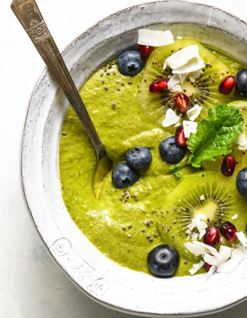 This Citrus Zing Green Smoothie Bowl is a fresh, brightly-flavored green smoothie packed with nutrients and topped with your favorite garnishes! Naturally gluten free, dairy free and vegan. | foxeslovelemons.com