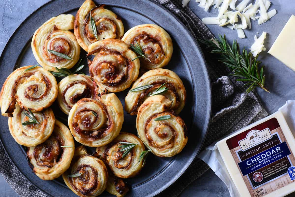 These sweet and savory Prosciutto & Cheese Pinwheels are made with just five ingredients. They're elegant without being fussy, and everybody will love them! | foxeslovelemons.com
